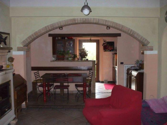 Casale rustico in vendita senigallia - Soggiorno cucina a vista ...