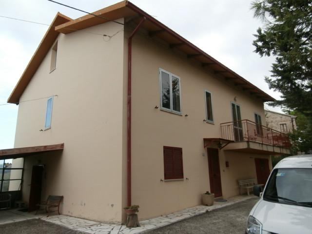 Casale rustico casa colonica in vendita trecastelli for Piani casa colonica